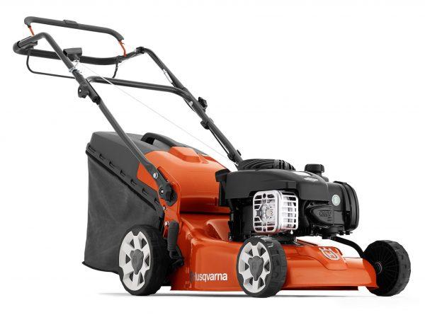 Husqvarna LC 140S on helppokäyttöinen, vetävä ruohonleikkuri sopii hyvin pienempiin puutarhoihin.